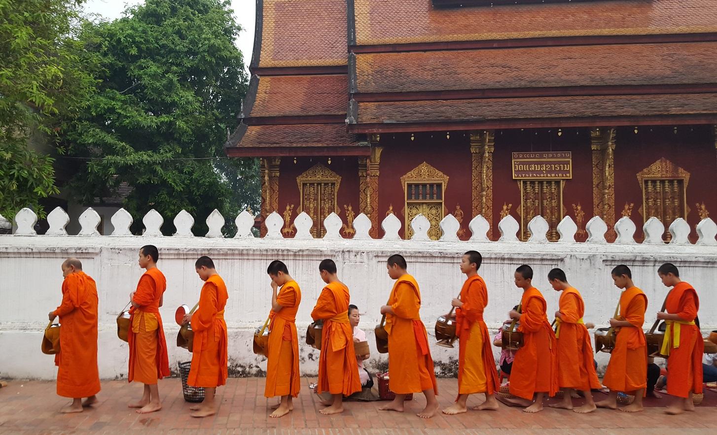 Laos, Luang Prabang | Morgendliche Spendensammlung der Mönche