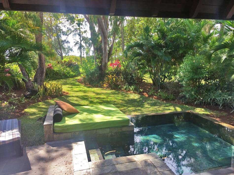 Privatpool Blick in den Garten Four Seasons Mauritius