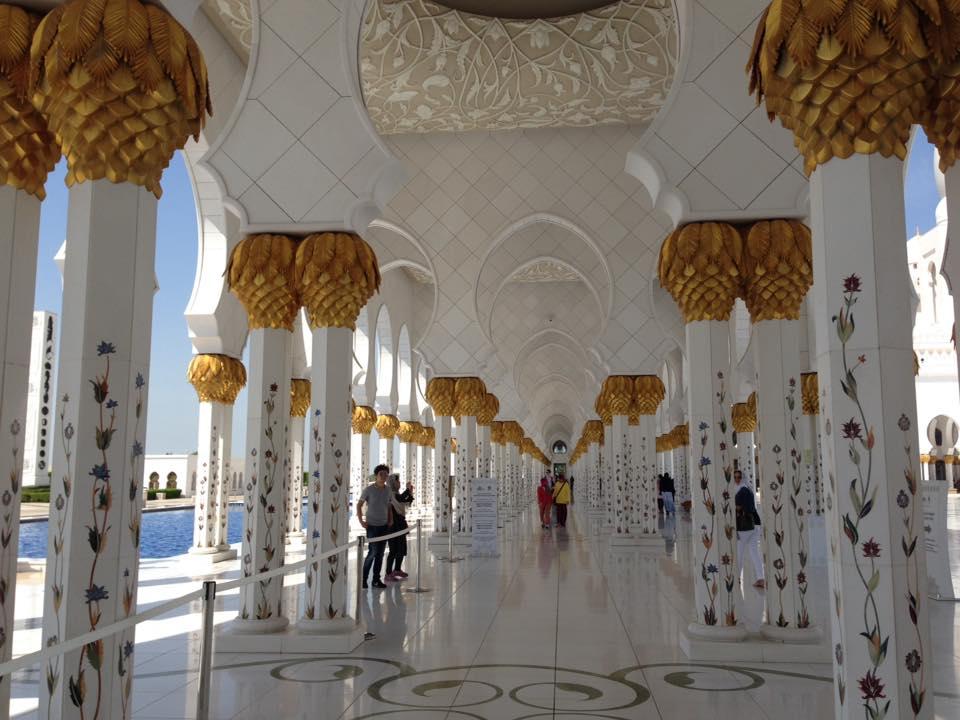 Die faszinierenden Säulengänge der weißen Sheikh Zayed Moschee