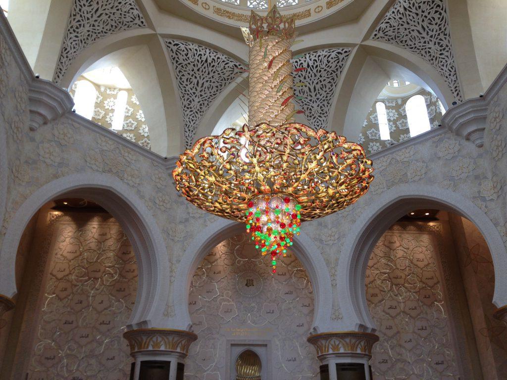 Prachtvoller Kronleuchter in der Sheikh Zayed Moschee