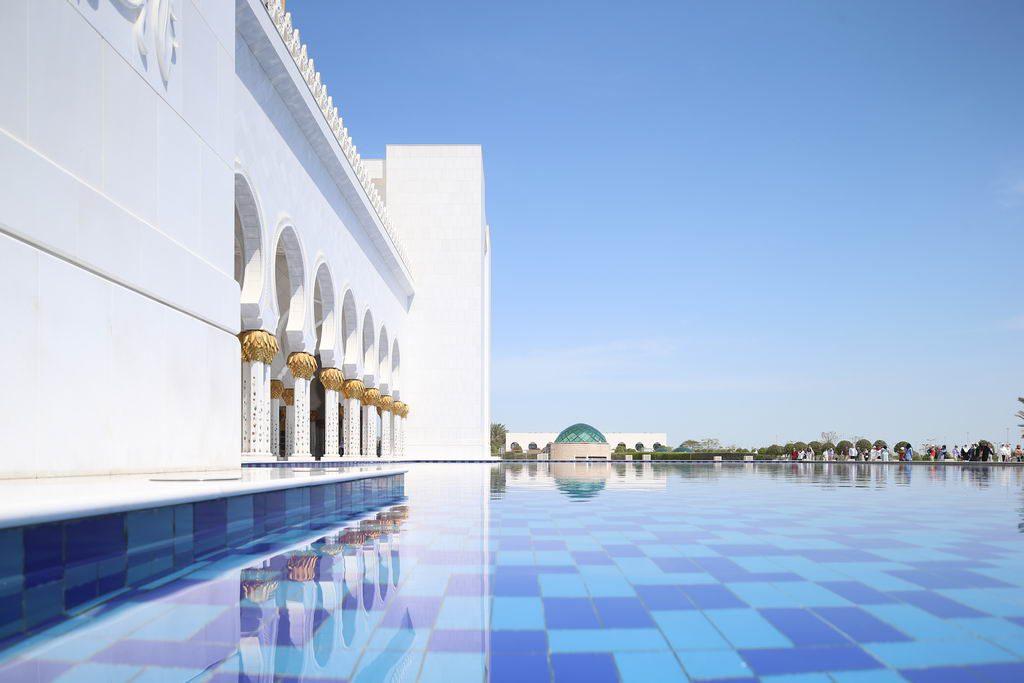 Weite Wassebecken rund um die Sheikh Zayed Moschee