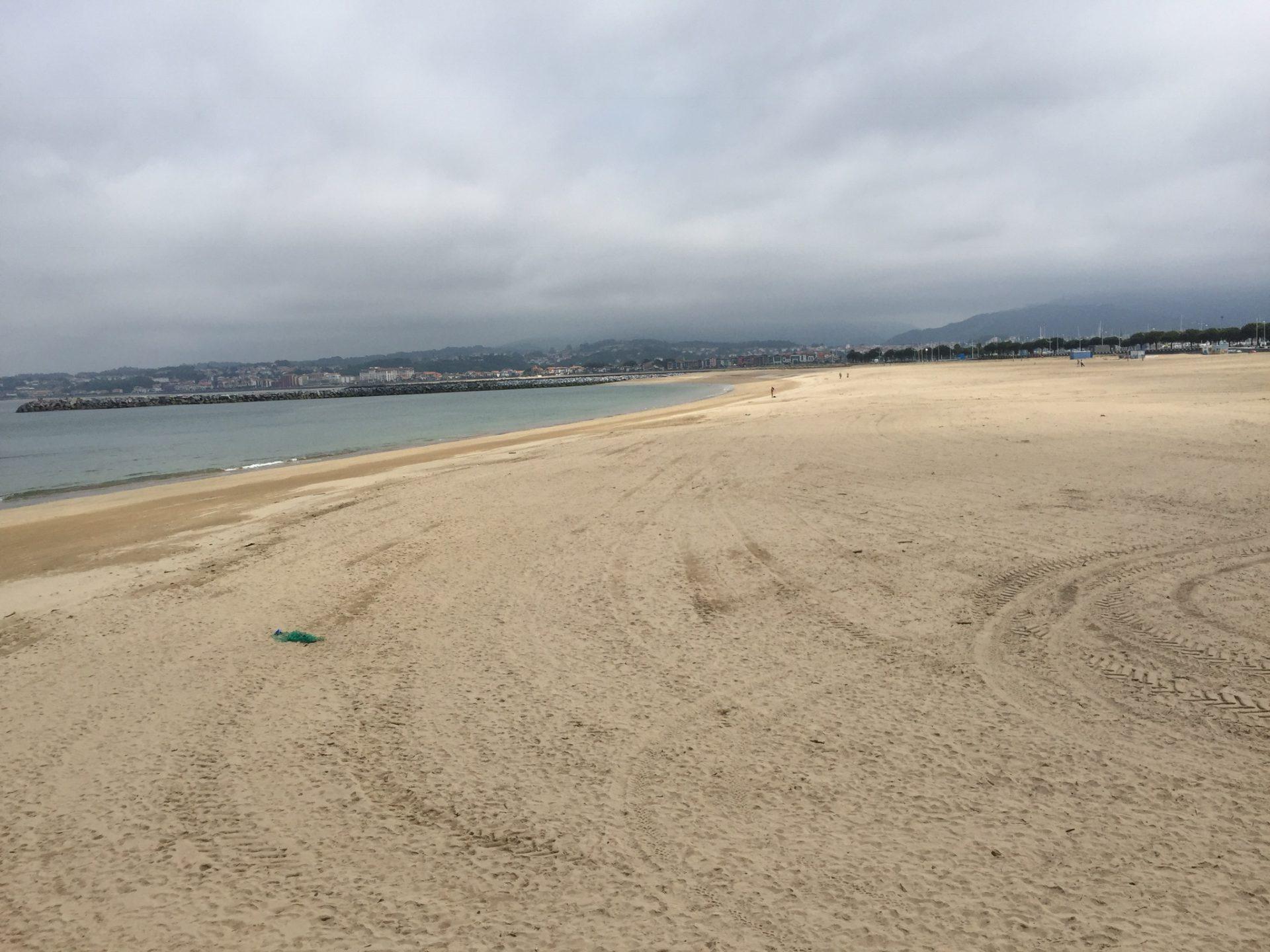 Der breite Sandstrand des Fischerörtchens Hondarribia