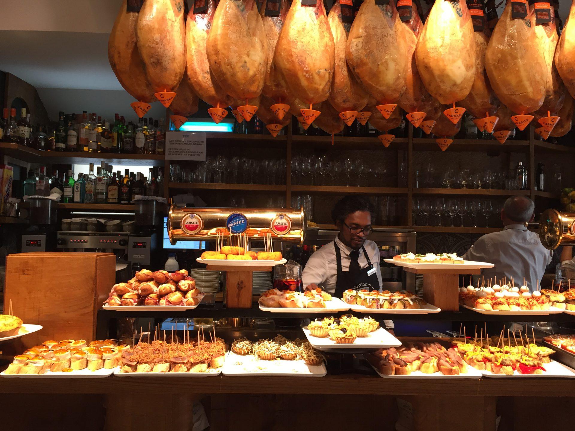 Eines der unzähligen Pintxos Restaurants in San Sebastián