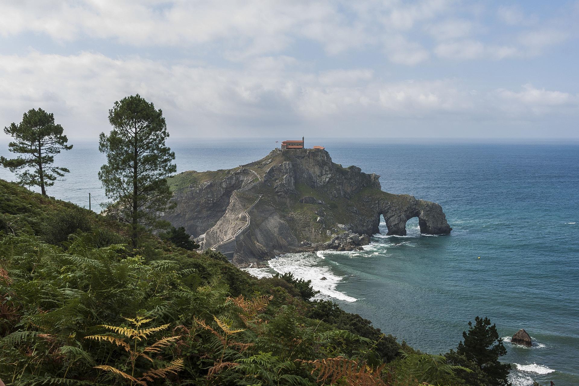 Kloster an der Küste des Baskenlandes