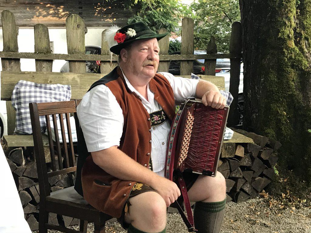 Ziehharmonika Spieler im Brauereigasthof Hotel Aying
