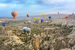 Heißluftballons in der Luft über Türkei Kappadokien