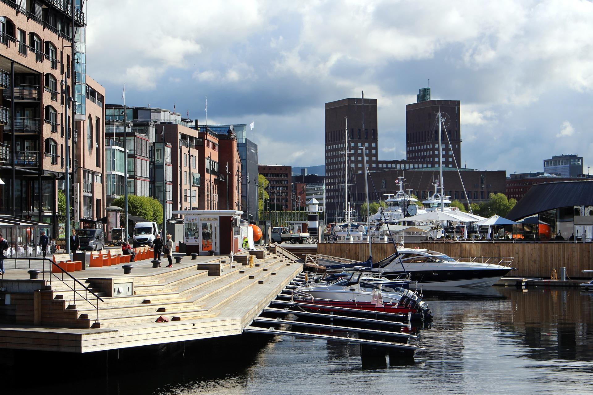 Oslo Stadtmitte mit Rathaus im Hintergrund