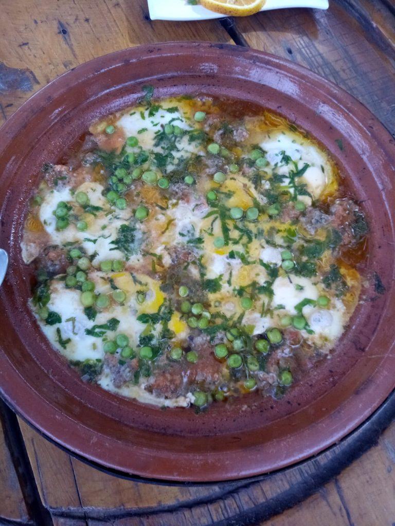 Tajine aus Rinderhackfleisch, Tomaten und mit Eiern überbacken